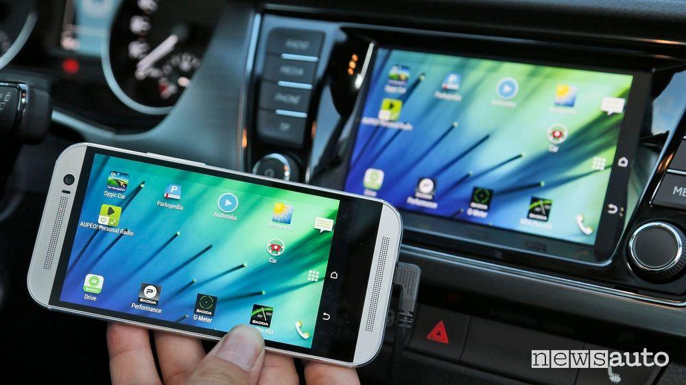 Collegamento smartphone auto dotata di Bluetooth