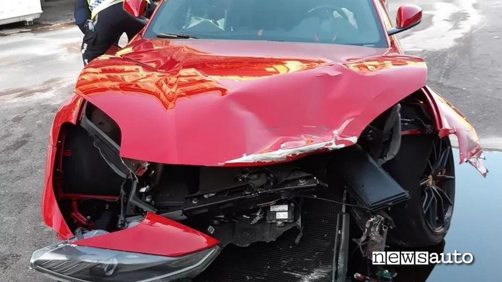 incidente ferrari genova distrutta l'auto del calciatore