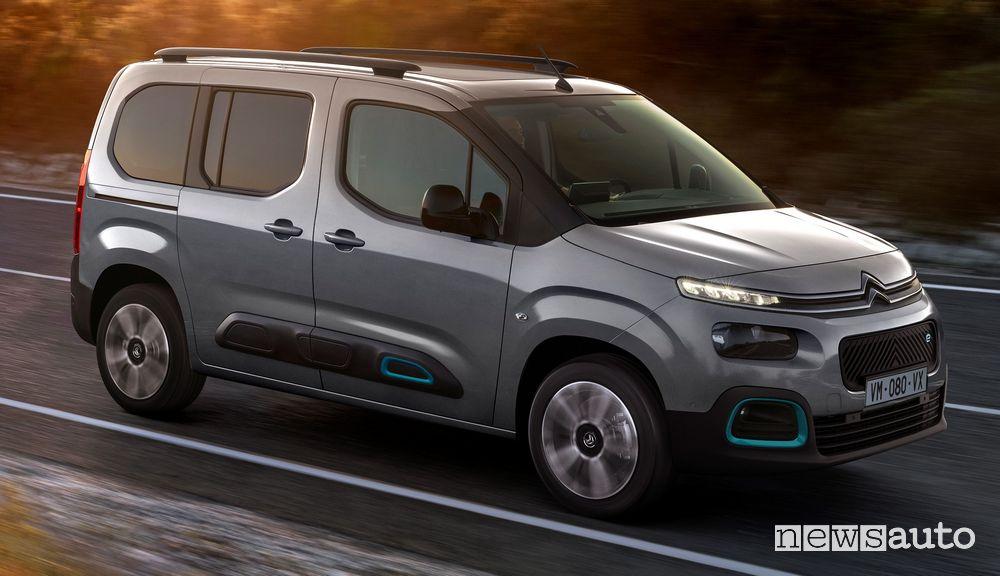 Vista laterale Citroën ë-Berlingo elettrico in movimento