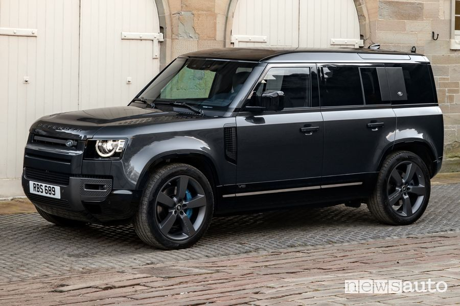 Vista di profilo Land Rover Defender V8 110