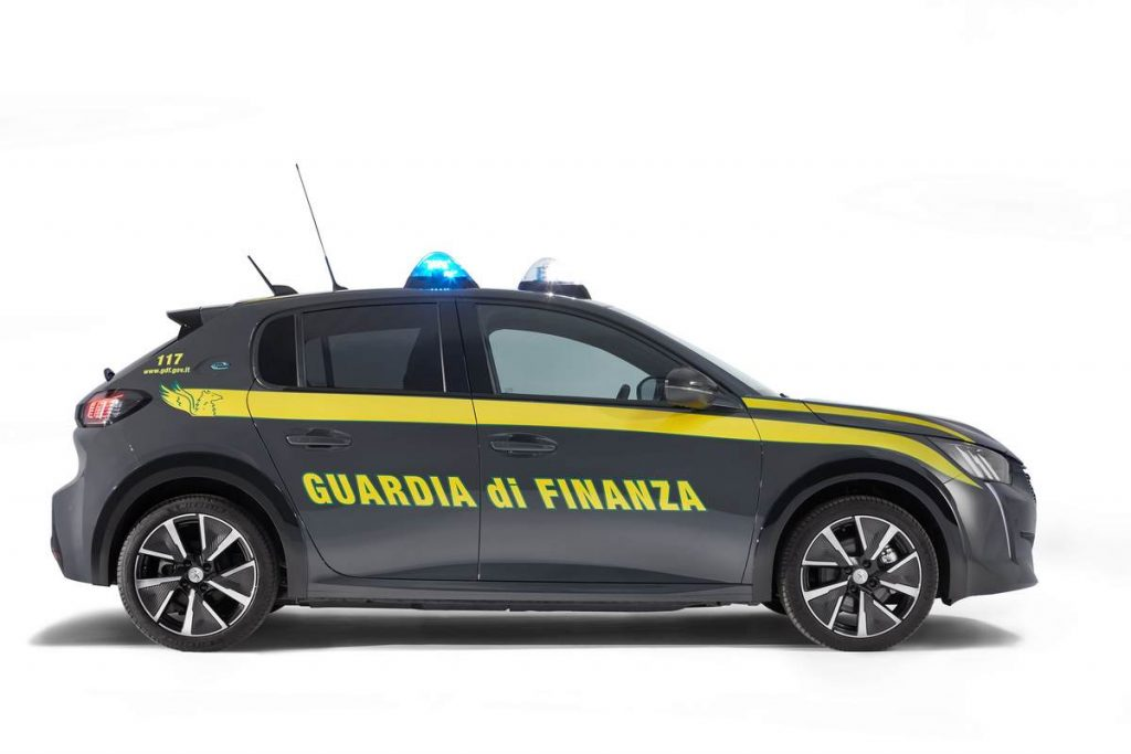 La nuova auto della Guardia di Finanza è elettrica, Peugeot e208