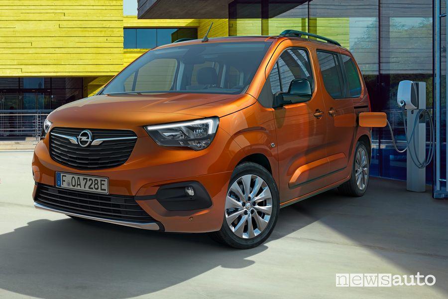 Opel Combo-e Life da una colonnina pubblica