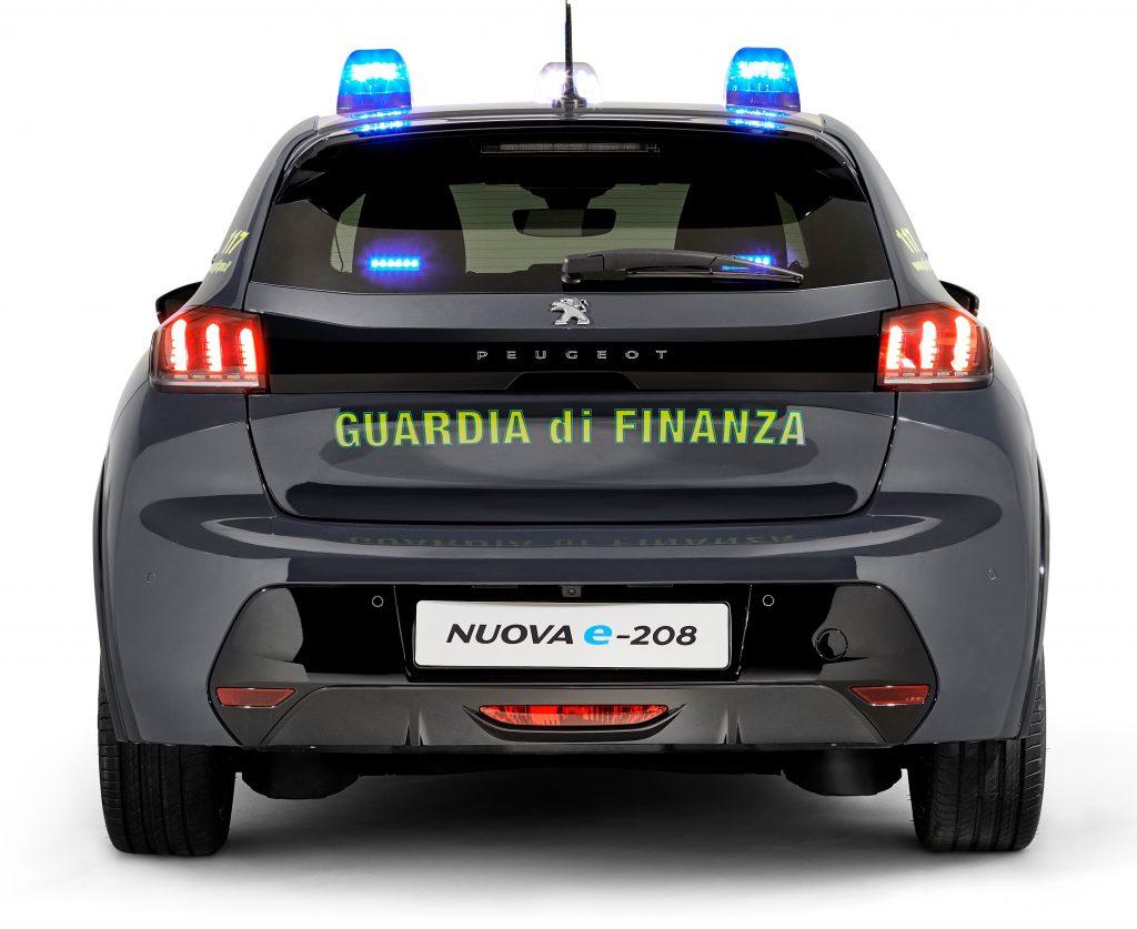 Vista posteriore della Peugeot e208 l'auto elettrica della Guardia di Finanza