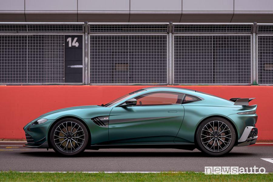 Vista laterale Aston Martin Vantage F1 Edition coupè