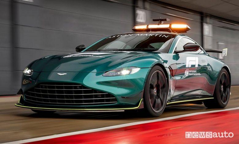 Vista di profilo Aston Martin Vantage safety car F1 in pista