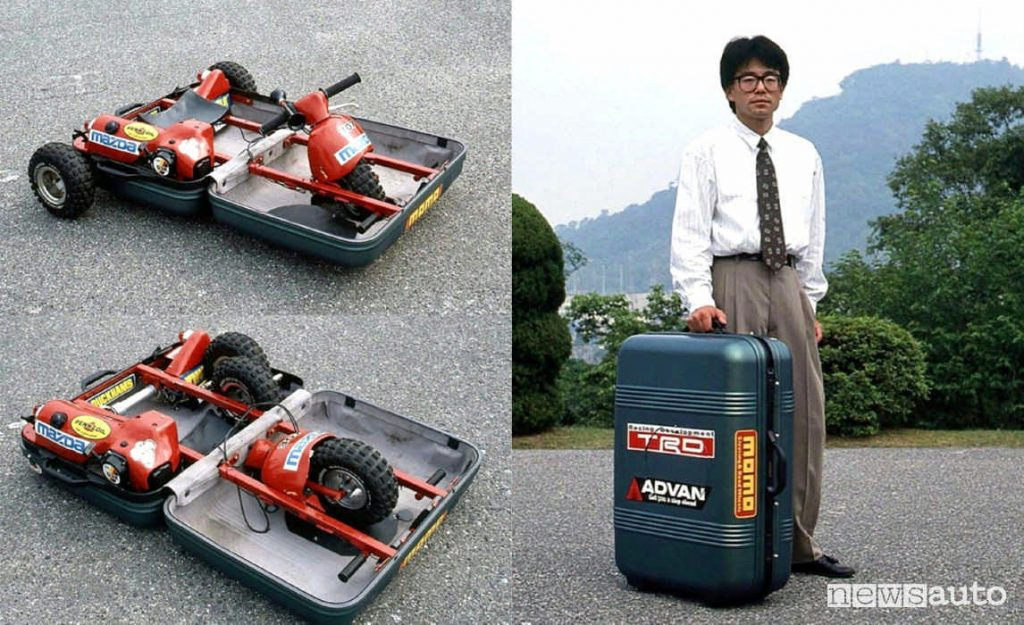 L'ingegnere giapponese di Mazda accanto al suo prototipo di auto-valigia, micromobilità urbana