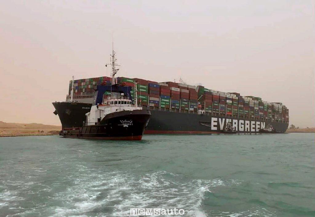 Un rimorchiatore tenta il disincaglio della nave Ever Given dell'Evergreen