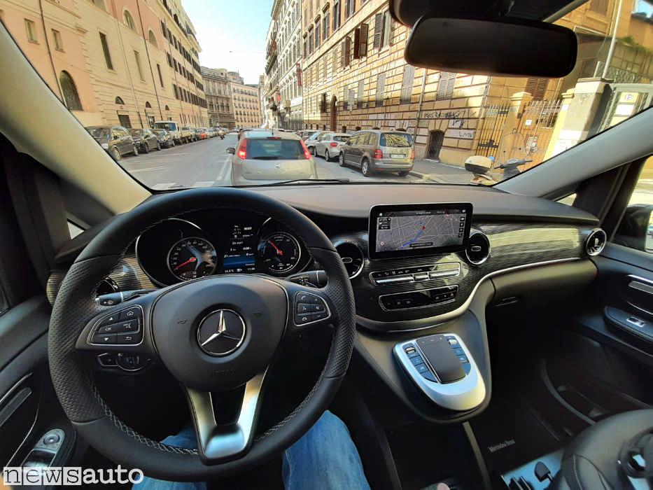 L'abitacolo del van elettrico Mercedes EQV