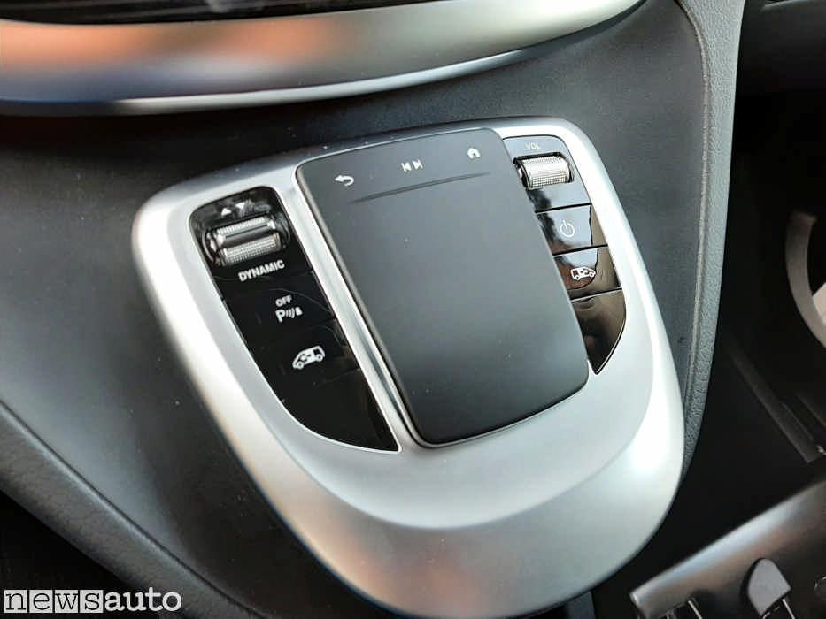 touchpad Mercedes con a fianco il selettore per cambiare la modalità di guida da Sport a E+