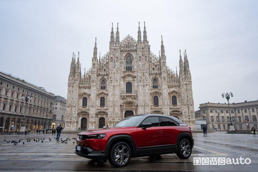 Mazda MX-30 EV in Piazza del Duomo a Milano
