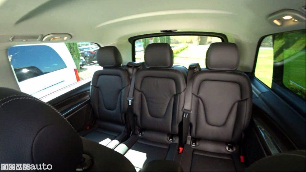 I sedili dell'EQV in prova sono in pelle, sono tre per fila e due all'anteriore per un totale di 8 posti