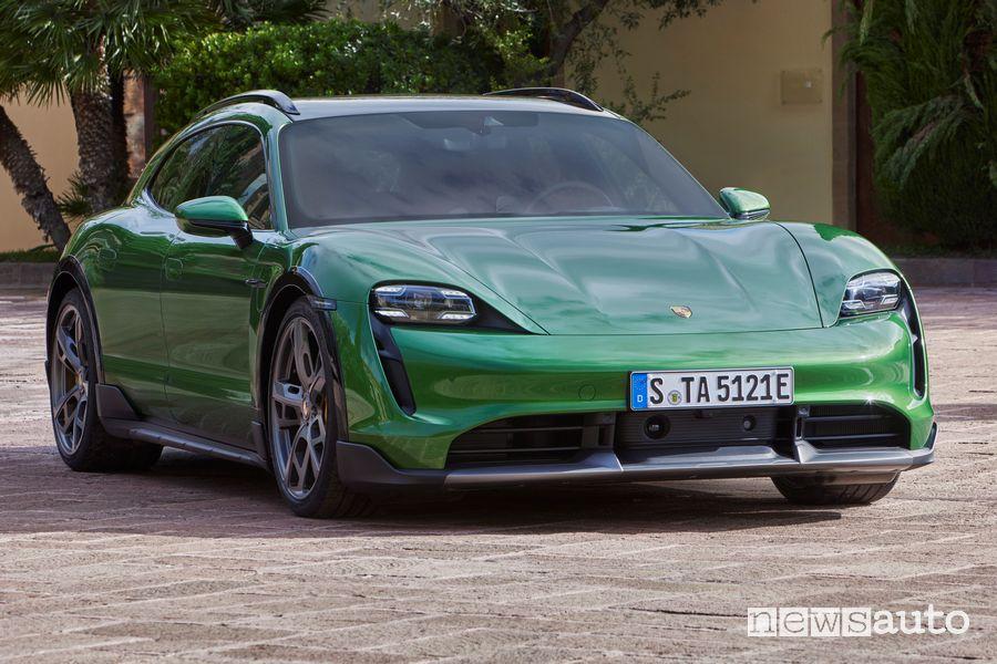 Vista di profilo Porsche Taycan Cross Turismo