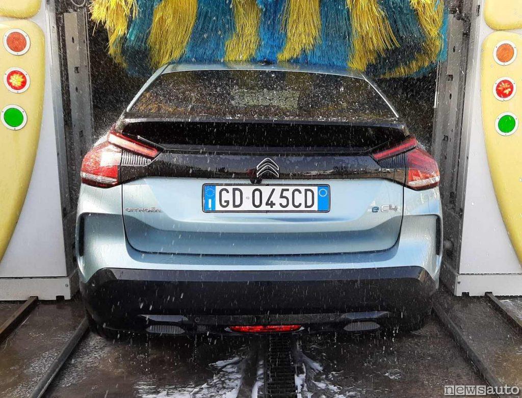 Di acqua se ne fa largo uso negli autolavaggi (nella foto una Citroen C4 elettrica eC4)