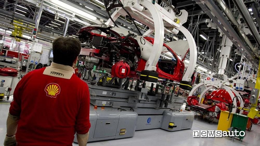 Catena di montaggio, uomini al lavoro nel settore auto a rischio con l'Euro 7