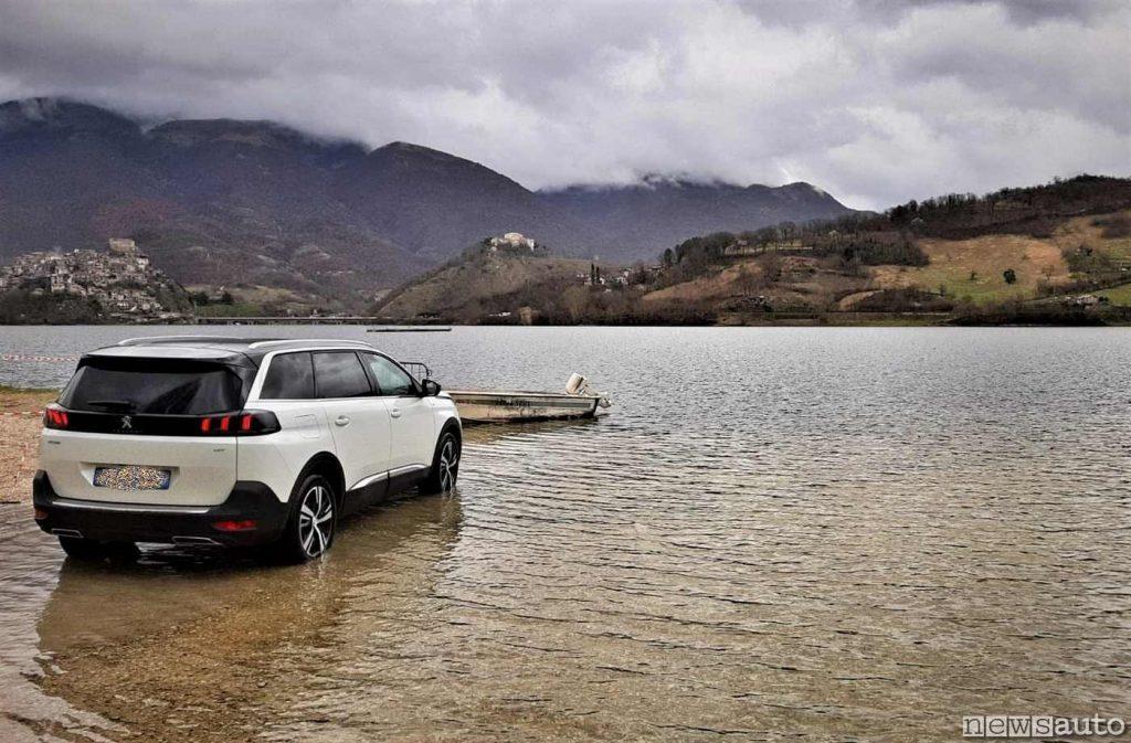 Una Peugeot 5008 elettrica ed un bacino idroelettrico (Lago del Turano)