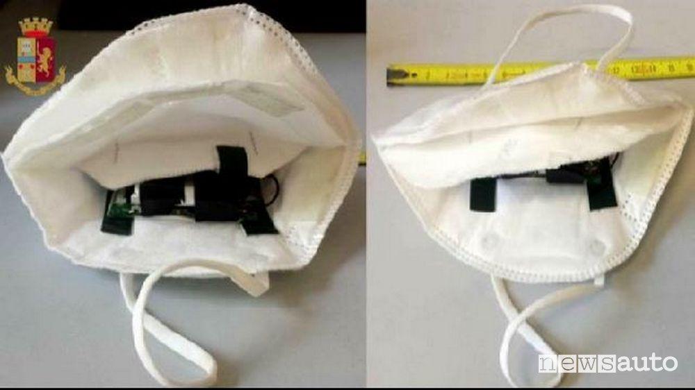 Telecamera dentro la mascherina per trasmettere le domande dei quiz all'esterno al complice