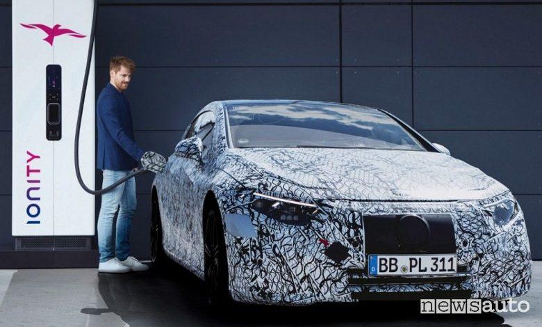 Mercedes-Benz EQS, l'elettrica di lusso con ricarica automatica