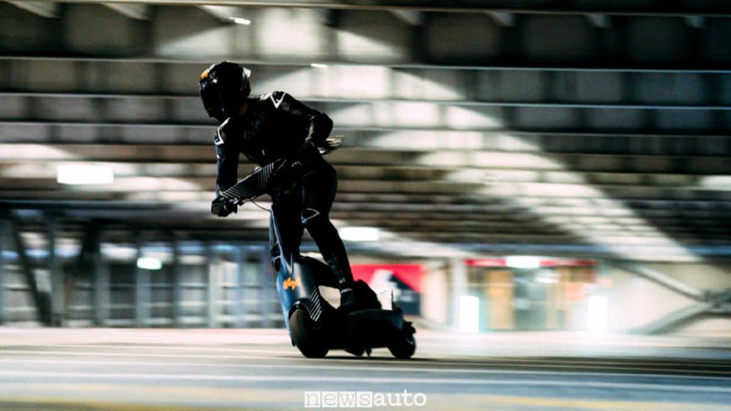 Monopattino elettrico da corsa che fa 100 km/h