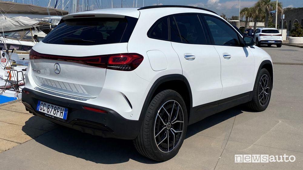 Vista posteriore Merce4des-Benz EQA elettrica bianca
