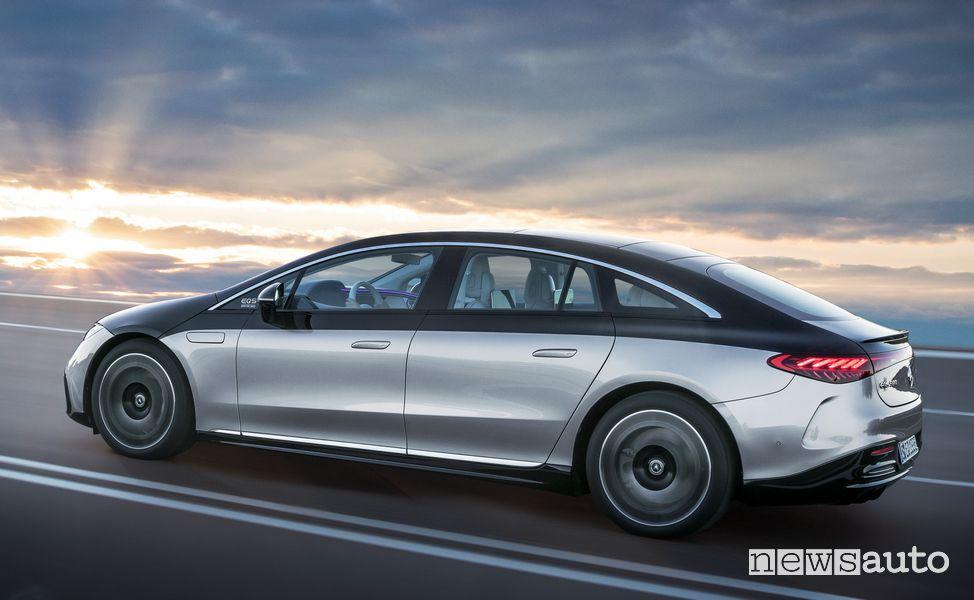 Vista laterale Mercedes-EQ EQS 580 4MATIC su strada