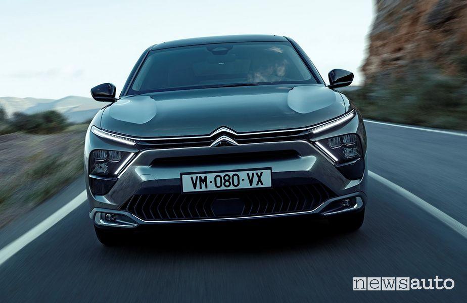 Vista anteriore nuova Citroën C5 X ë-hybrid su strada