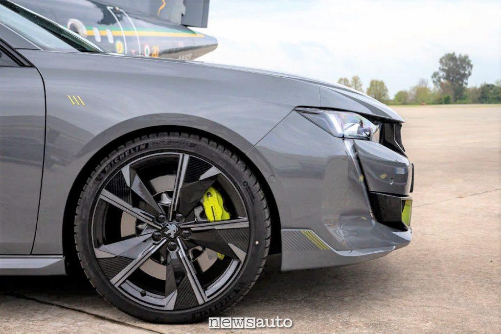 Il gruppo ruota della Peugeot 508 PSE con dischi da 28 centimetri di diametro, 245/35 R20