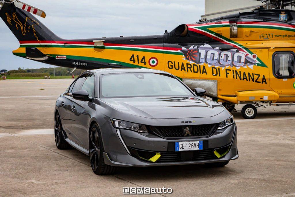 Il frontale della Peugeot 508 PSE è molto aggressivo con diverse appendici aerodinamiche insieme all'elicottero della Guardia di Finanza