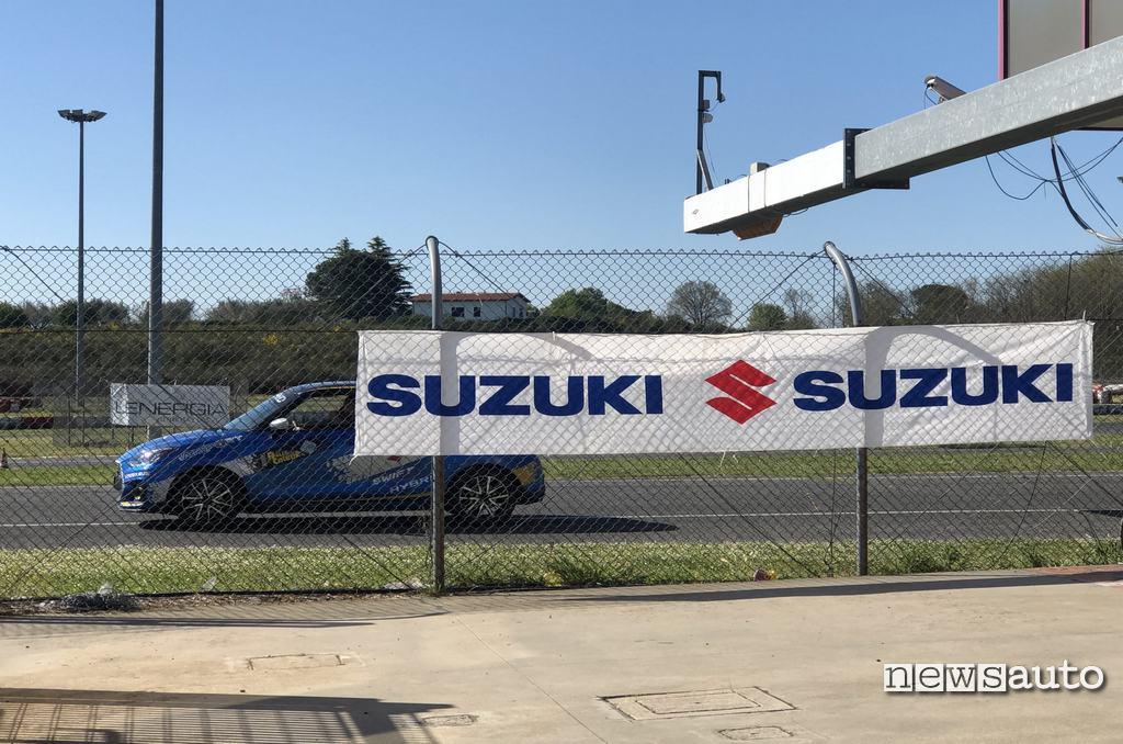 Suzuki Swift Sport Hybrid vista laterale sul circuito di Viterbo al Rally Italia Talent 2021