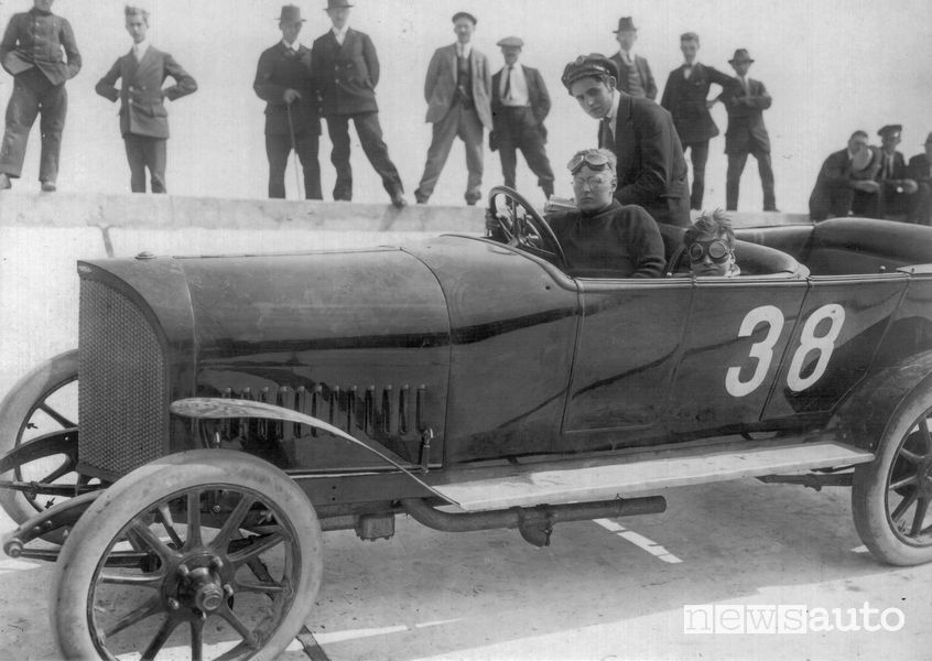 Fritz von Opel al al volante della Opel 14 PS