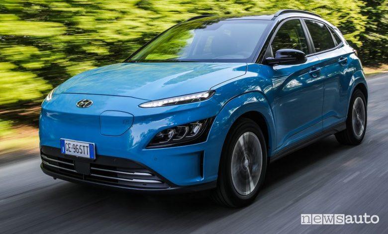 Vista di profilo Hyundai Kona Electric su strada