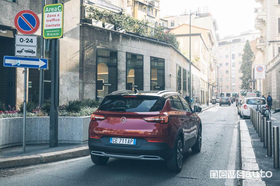Opel Grandland X Hybrid4 ingresso consentito nell'Area C di Milano