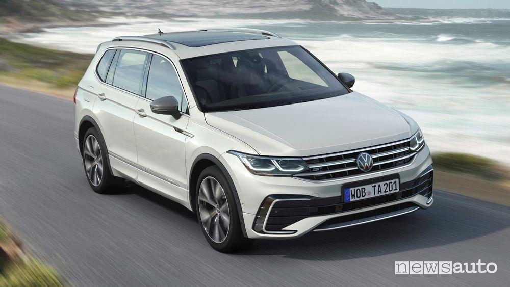 Vista di profilo Volkswagen Tiguan Allspace su strada