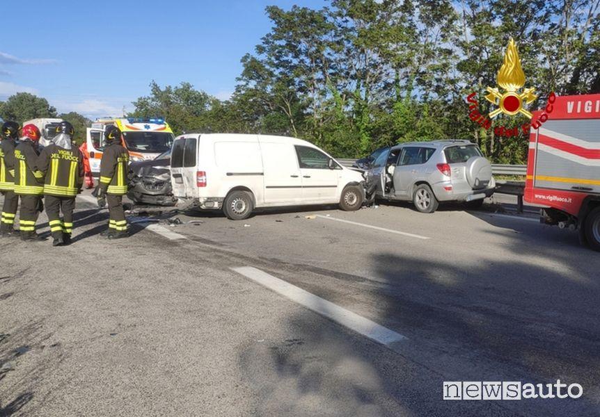 Incidente SUV contromano Marche soccorsi