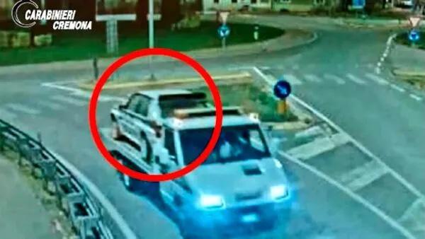 Lancia Delta con livrea martini rubata mentre viene trasportata sul carro attrezzi
