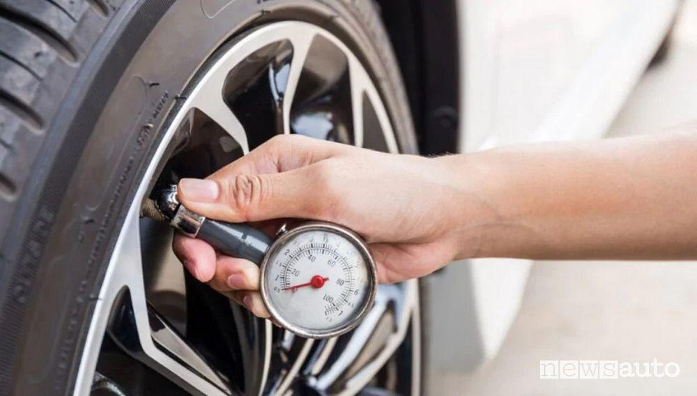Manometro per controllo pressione pneumatici auto