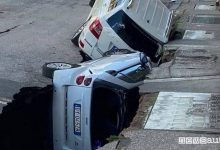 Voragine a Roma, ingoia due auto in sosta a Torpignattara