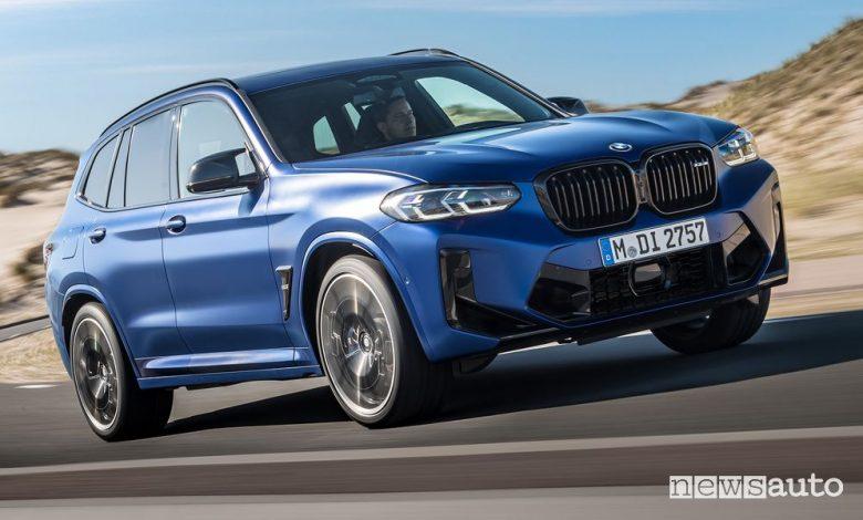 Vista di profilo BMW X3 Competition su strada