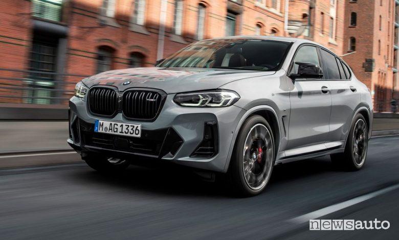 Vista di profilo nuova BMW X4 su strada
