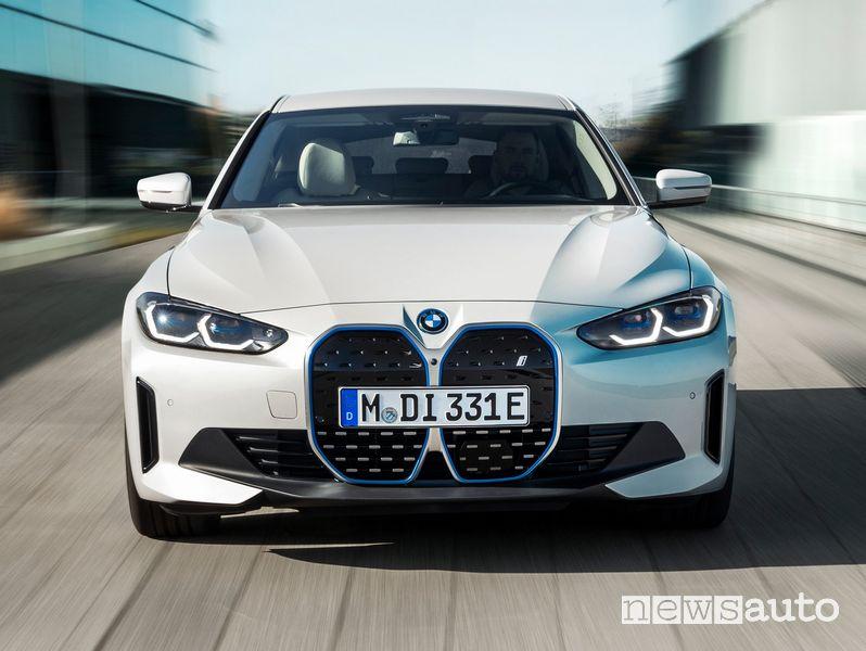 Vista anteriore BMW i4 eDrive40 elettrica su strada