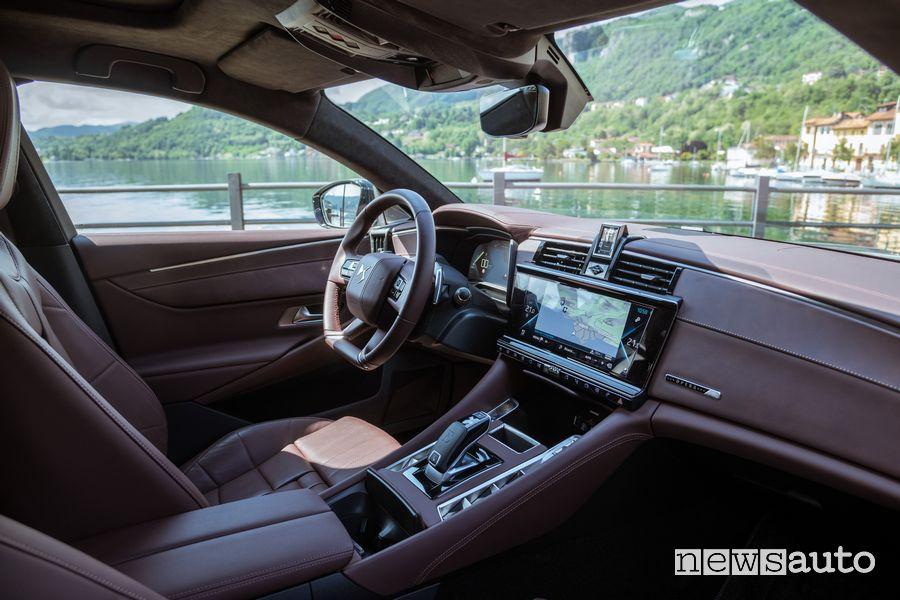Plancia strumenti abitacolo nuova DS9 E-Tense durante il test su strada con le nostre impressioni di guida