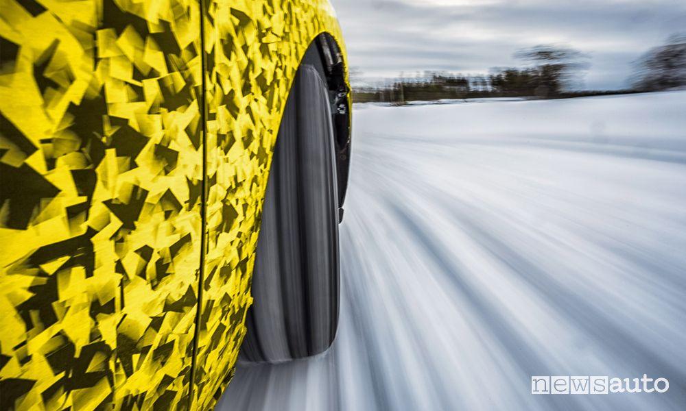 Test sul ghiaccio per il prototipo della nuova Opel Astra