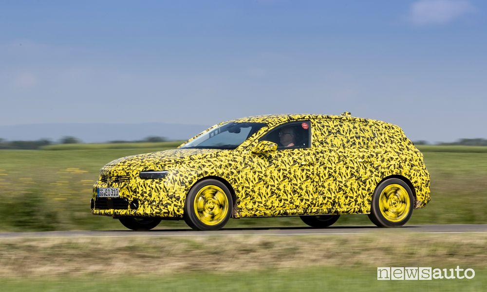 Vista laterale prototipo nuova Opel Astra su strada