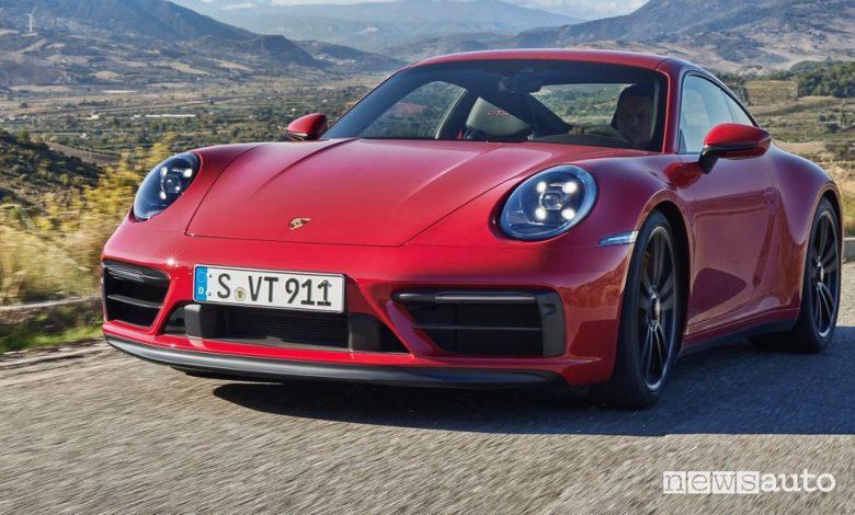 Vista di profilo nuova Porsche 911 Carrera GTS su strada