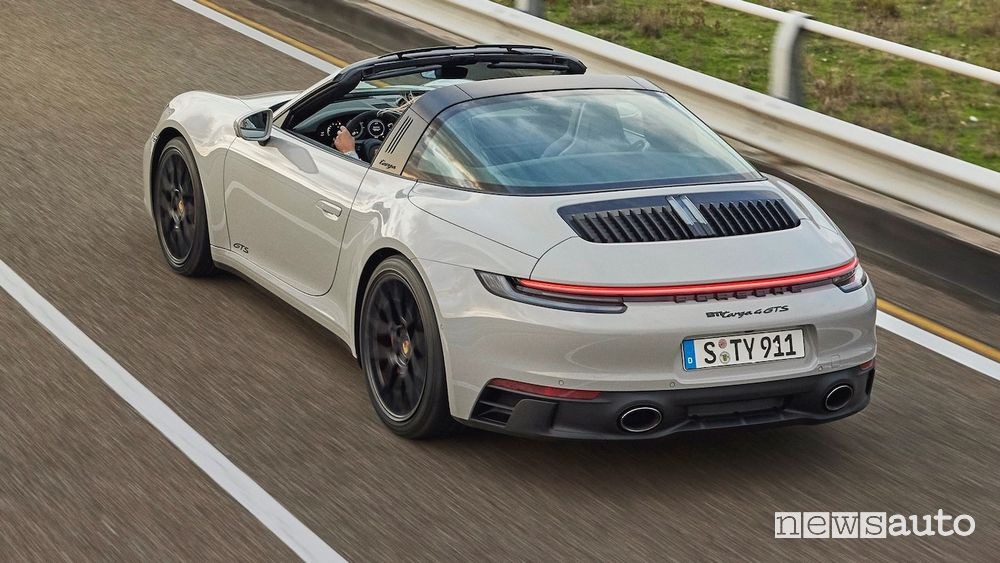 Vista posteriore nuova Porsche 911 Targa GTS su strada