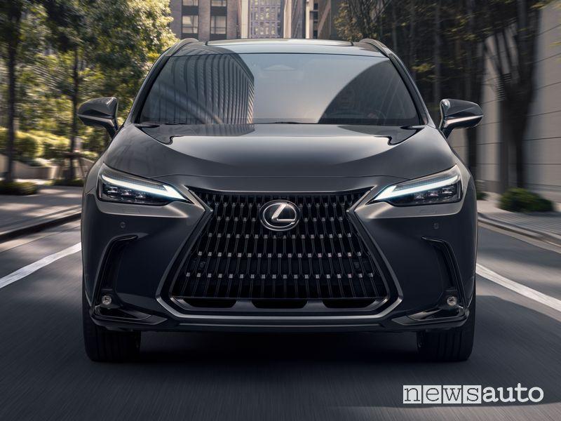 Frontale nuovo Lexus NX su strada