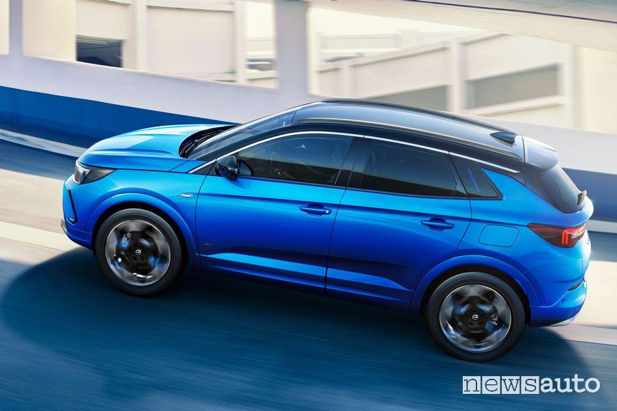 Vista laterale nuovo Opel Grandland Hybrid4 2022 su strada