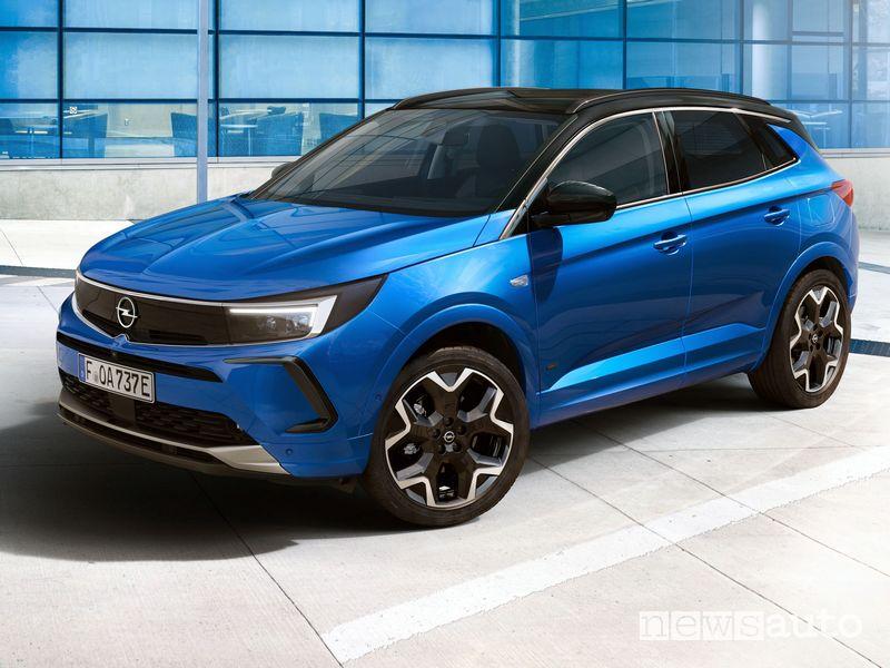 Vista di profilo nuovo Opel Grandland Hybrid4 2022