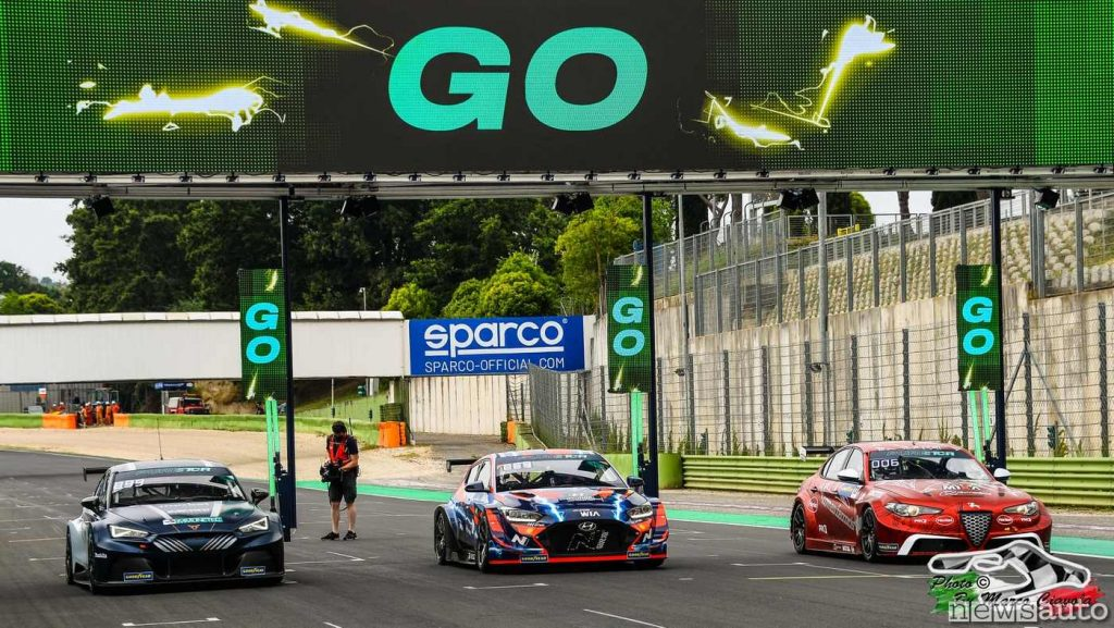 Le tre auto dell'ETCR che si sfidano a Vallelunga alla prima gara: da SX la Cupra e-Racer, Hyundai Veloster N ETCR e la Giulia ETCR.