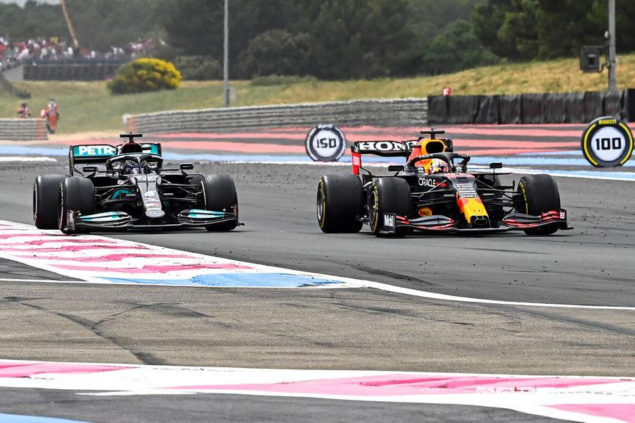 Il sorpasso deciso di Verstappen ai danni di Hamilton nel Gp di Francia