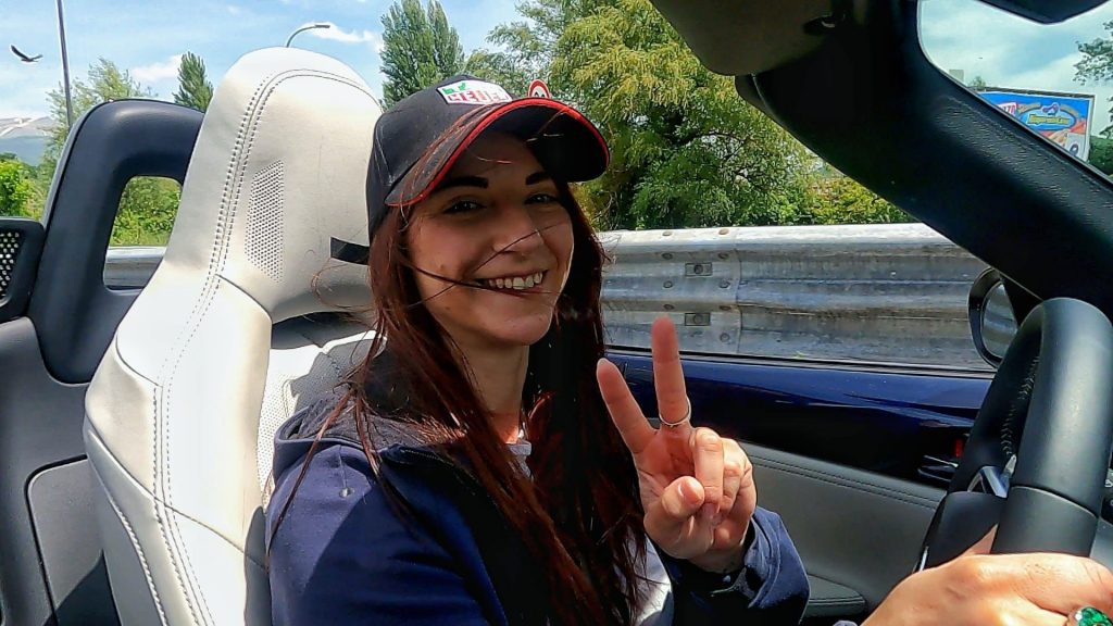Una donna alla guida della Mazda MX-5 a tetto aperto durante il test su percorso Roma Terminillo.